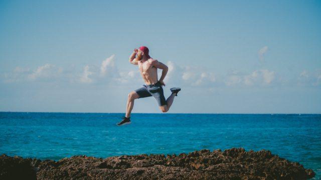 男性がジャンプしている