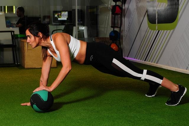 ウエイトボールでトレーニングしている女性